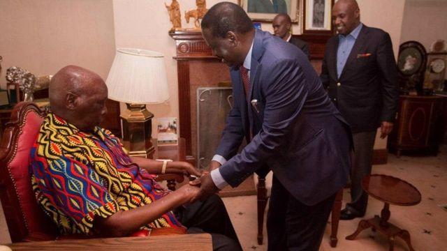 Rais wa zamani nchini Kenya Daniel Moi na kiongozi wa upinzani Raila Odinga alipotembelewa na kiongozi huyo siku ya Alhamisi