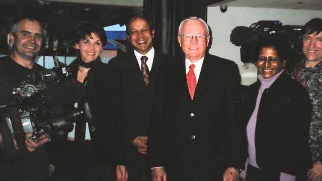 Neil Armstrong y el equipo de BBC News en 2010.