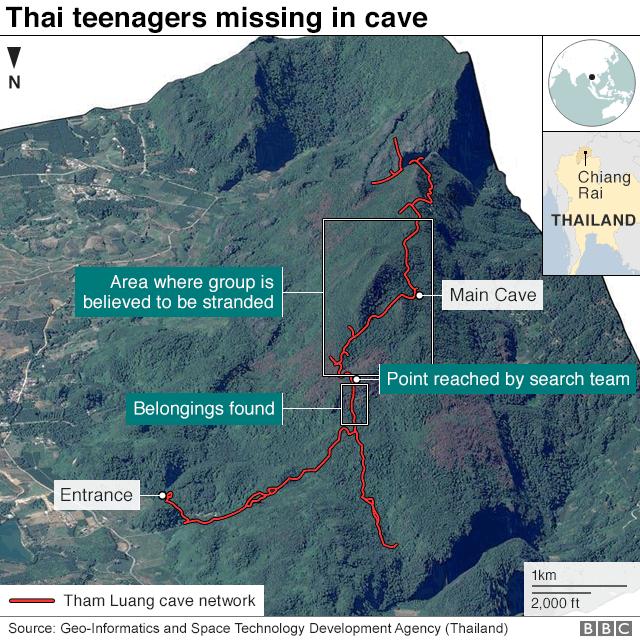 赤い線が少年たちが閉じ込められた洞窟のルート。上部の大きな白枠が少年たちがいると見られる部分。下の小さな枠が少年たちの所持品が見つかったところ