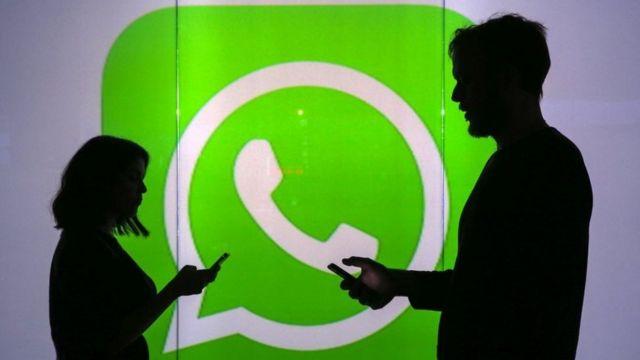 Personas enviando mensajes por celular