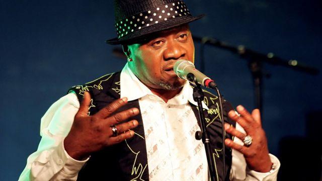 Papa Wemba ari mu gitaramo i Paris muri 2006