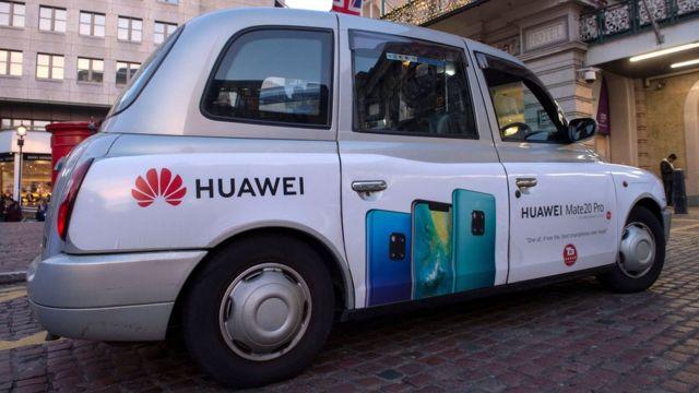 伦敦查灵十字火车站外一辆贴有华为手机广告的出租车(27/12/2018)