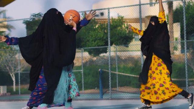 Videodakı qadınlar basketbol oynayarkən