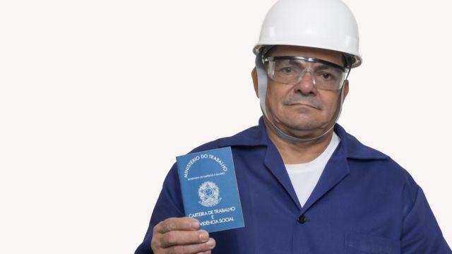 Homem nordestino com carteira de trabalho