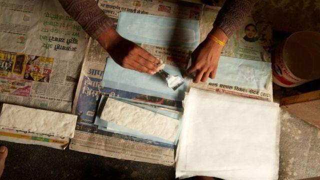 โรงงานสามารถผลิตผ้าอนามัยได้ 600 แผ่นต่อวัน โดยใช้ชื่อยี่ห้อ Fly