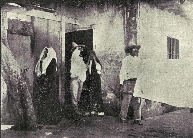 Una víctima de la peste es sacada de su casa en Mazatlán en una camilla especial.