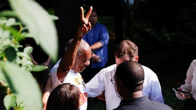 Bill Cosby, hapisten çıkarken zafer işareti yaptı.