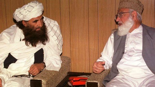 પાકિસ્તાનની જમાતે ઈસ્લામીના વડા કાઝી હુસૈન અહમદ(જમણે)ને જલાલુદ્દીન હક્કાની વચ્ચે 2001માં ઈસ્લામાબાદમાં મળ્યા હતા ત્યારની તસ્વીર.