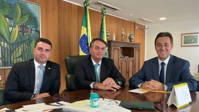 Flávio Bolsonaro, Jair Bolsonaro e Adilson Barroso