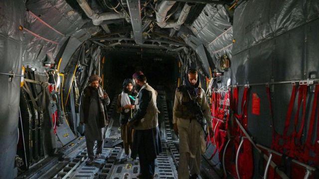 Di dalam pesawat yang digunakan militer Afghanistan.