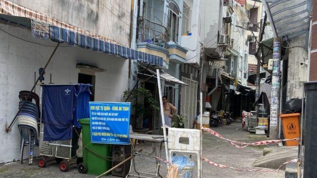 Một rào chắn đầu hẻm ở quận Phú Nhuận