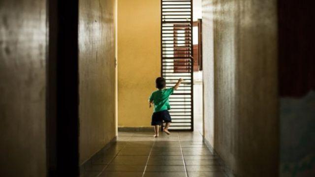 Niño pequeño en un orfanato en el estado de Ceará, en Brasil