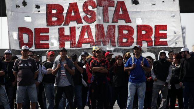 Pessoas fazem protesto contra a miséria na Argentina