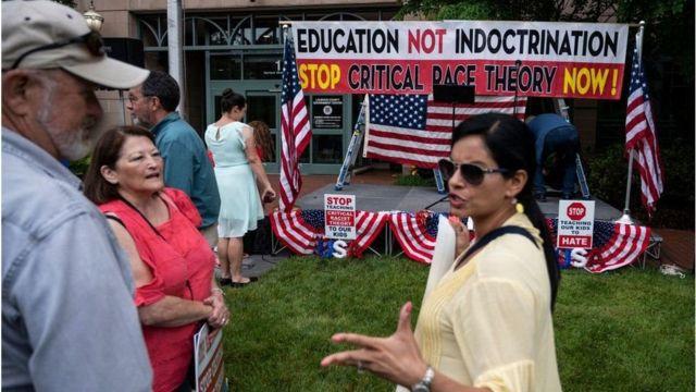 تجمع مخالفان نظریه انتقادی نژاد در برابر یکی از ساختمانهای دولتی در ایالت ویرجینیا در ژوئن ۲۰۲۱