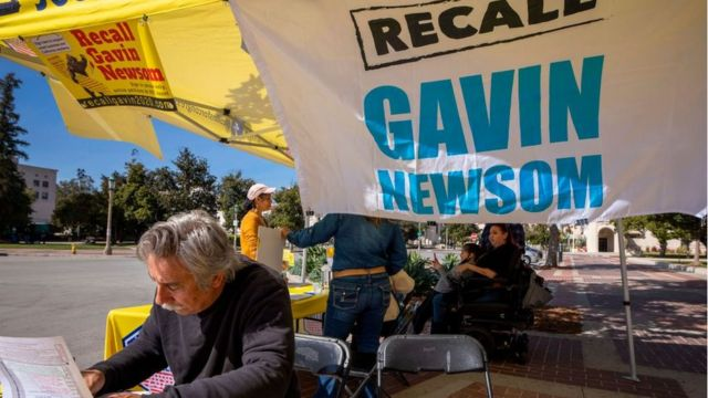 Um homem assina uma petição pedindo um referendo contra o governador da Califórnia, Gavin Newsom. Fevereiro de 2021.