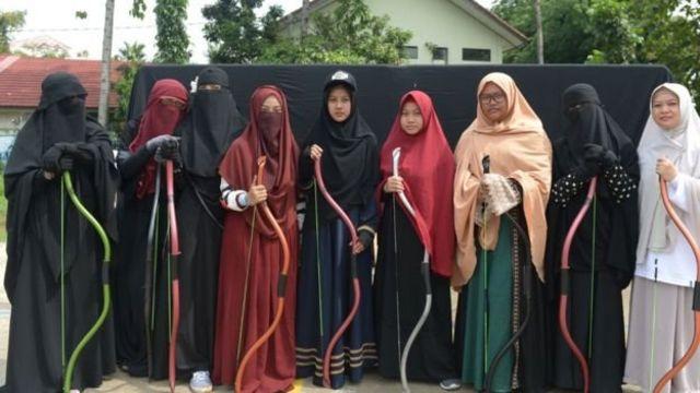 Pasukan niqab yang berlatih memanah dan berkuda di Bekasi.