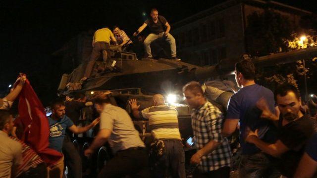 Centenares de personas salieron a protestar en apoyo de Erdogan, algunos incluso saltando sobre los tanques de los golpistas en actitud desafiante.