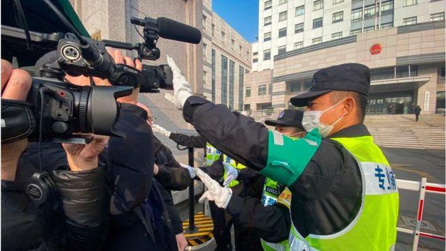 Η αστυνομία της Σαγκάης εμποδίζει τους δημοσιογράφους να γυρίσουν αναφορές
