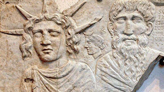 Sol Invictus (Sol Invicto), la Lune et Jupiter Dolichenus. Marbre. 2e siècle après J.-C. Les thermes de Dioclétien. Musée national romain. Rome, Italie.