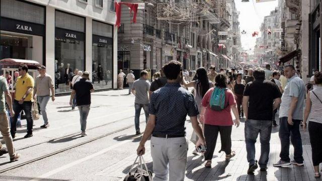 Avenida Istiklal, em Beyoglu, Istanbul: As mensagens dos trabalhadores foram encontradas em várias lojas da Zara na cidade