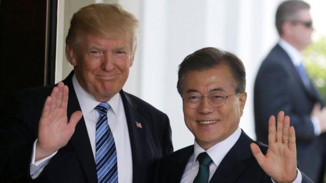 آقای مون (راست) قرار است در دیدار با دونالد ترامپ (چپ) از تجربه دیدار خود با رهبر کرهشمالی بگوید