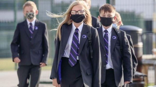 Escolares británicos enmascarados