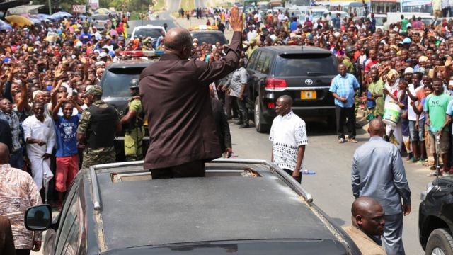 Msafara wa rais John Pombe Magufuli ulisimamishwa na raia ulipokuwa ukielekea Jijini Dar es Salaam kutoka Dodoma