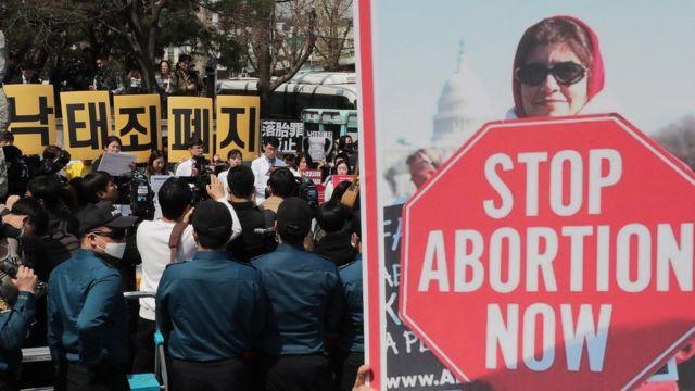 (캡션) 헌법재판소 앞 찬반시위