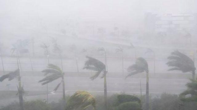 Mưa to gió lớn tại Miami, Florida vào hôm thứ Hai.