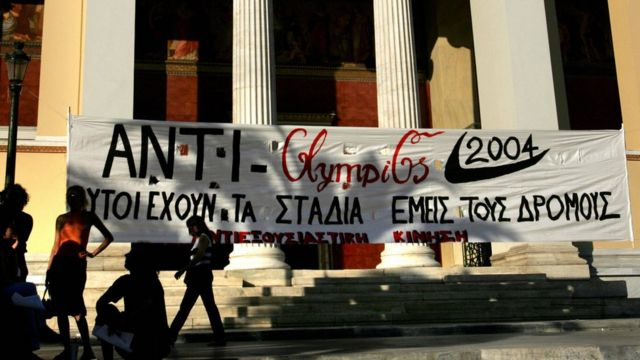 """Une banderole portant la mention """"Ils ont les stades - Nous avons les rues"""" est placée devant l'entrée de l'université d'Athènes lors d'une manifestation anti-olympique."""