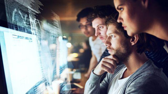 Empleados mirando un computador