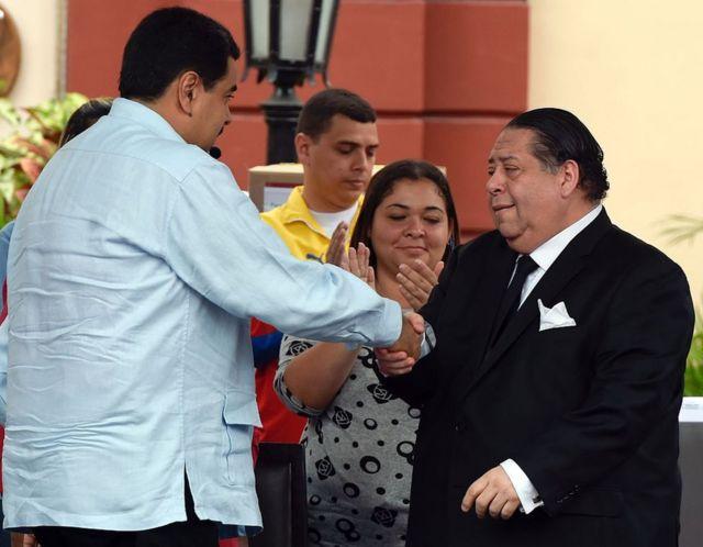 El presidente de Venezuela, Nicolás Maduro (izquierda), estrecha la mano al Hermann Escarrá en el palacio presidencial de Miraflores, en Caracas, el 7 de abril de 2016.