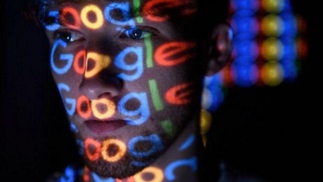 """Отражение надписи """"Google"""" на лице человека"""