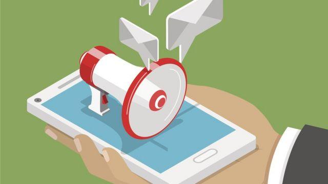 Ilustração mostra megafone saindo de celular e balões representando envelopes de mensagens