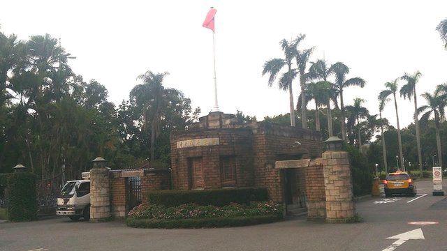 台湾的年轻学者对留在台湾任教的意愿越来越低,人才流失的情况也越来越恶化(图为台湾大学校门)