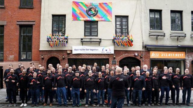 O coral de homens gay de São Francisco se apresenta em frente ao Stonewall Inn em Nova York
