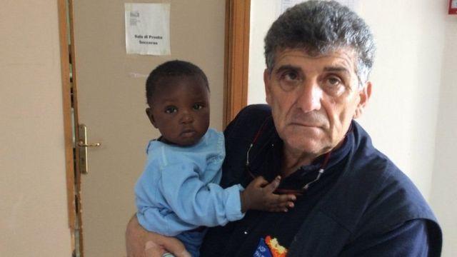 Favour nos braços do médico Pietro Bartolo
