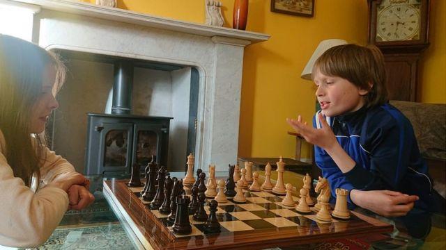 Freddy juega con su hermana Josephine.
