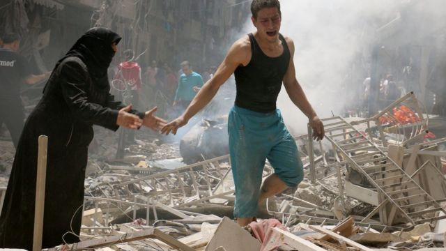 سوريان في حلب يبكيان وسط أنقاض منزلهما