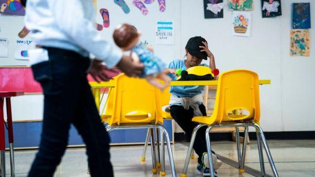 Una niña está sentada en uno de los salones del Centro Residencial Familiar del Sur de Texas en 2019.