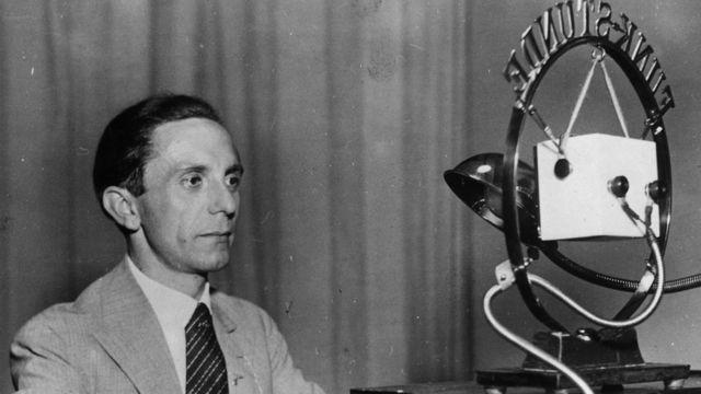 جوزيف غوبلز، وزير الإعلام والدعاية النازي، يتحدث إلى الإذاعة عام 1938