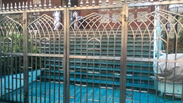 警方的水炮车在九龙的清真寺外射出染有蓝色颜料的水,部份射进清真寺范围内。