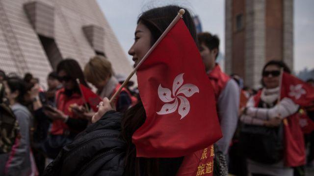 香港民眾手持特區區旗。