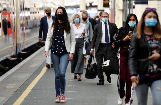 Pessoas com máscara em Londres