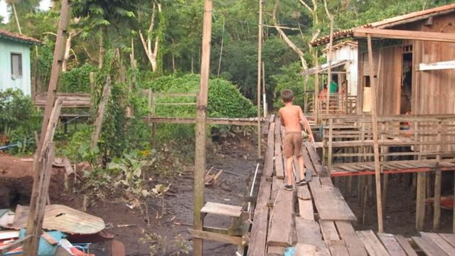 Criança em área pobre em Abaetuba, no Pará