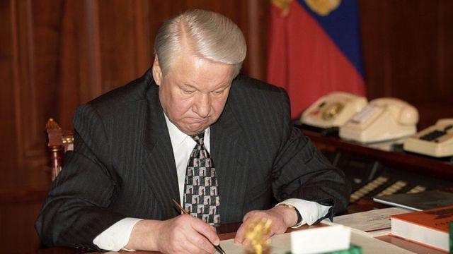 Boris Yeltsin firma su renuncia a la presidencia de Rusia