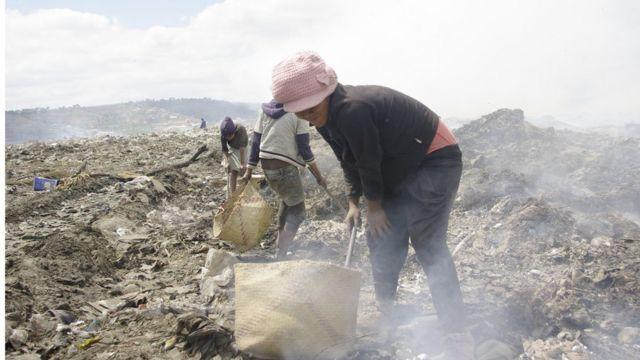 Les chiffonniers trient les déchets pour récupérer des objets plastiques, des métaux, etc.