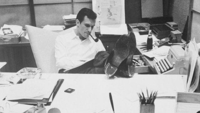 Hugh Hefner en su escritorio