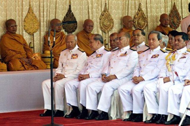 พล.อ. สุรยุทธ์ จุลานนท์ นายกรัฐมนตรีในขณะนั้น (ที่ 2 จากขวา) ออกงานร่วมกับ พล.อ. สนธิ บุญยรัตกลิน (ขวาสุด) หัวหน้าคณะปฏิรูปการปกครองในระบอบประชาธิปไตยอันมีพระมหากษัตริย์ทรงเป็นประมุข และ พล.อ. เปรม ติณสูลานนท์ (ซ้ายสุด) ประธานองคมนตรี 30 เม.ย. 2550