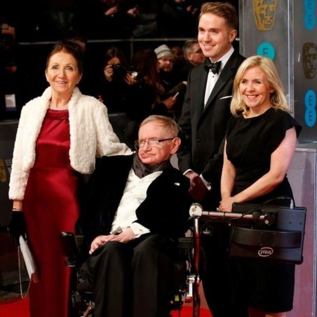 Hawking con su familia